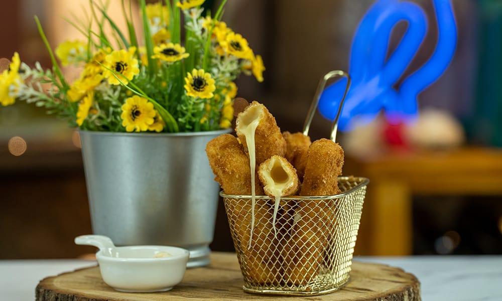Palitos de muçarela empanados