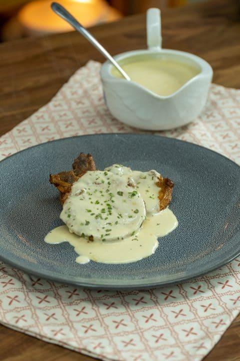 Bisteca de porco com molho e mostarda