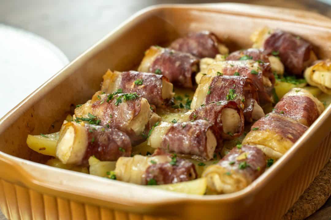 Enroladinho de peito de frango com bacon