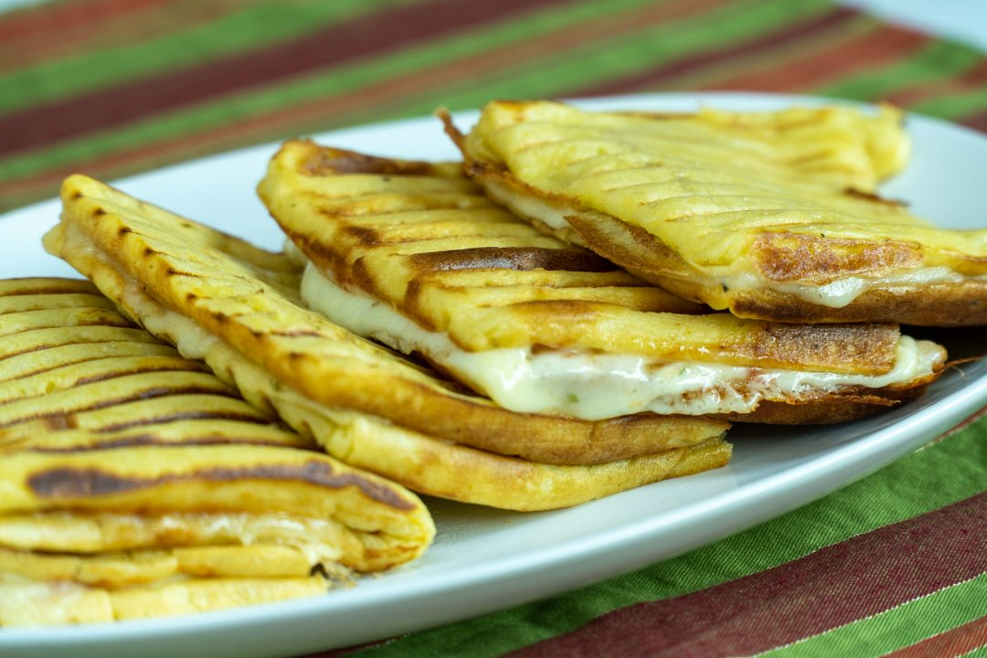 Lanche fácil e delicioso de queijo e presunto