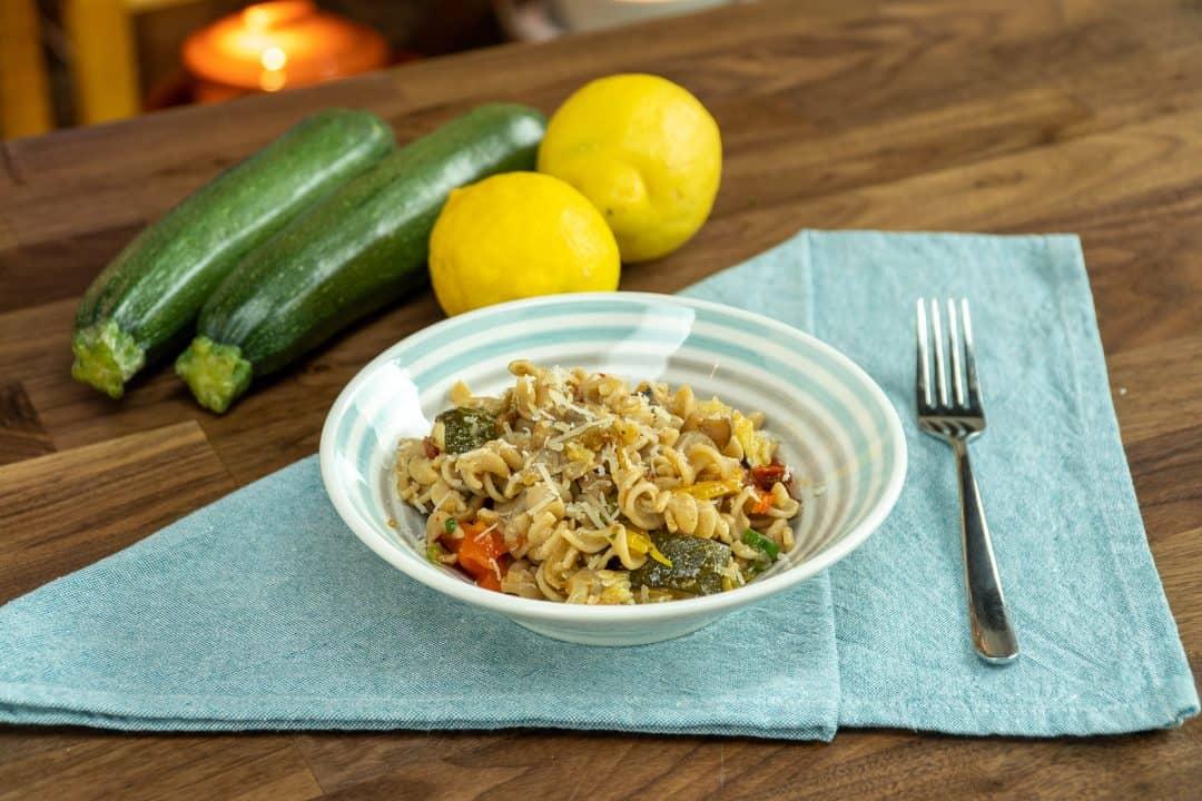 Macarrão integral com legumes